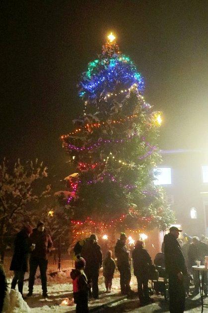 Vánoční náladu si oprvní prosincové sobotě užívali malí ivelcí ve Výškovicích, místní části Bílovce.