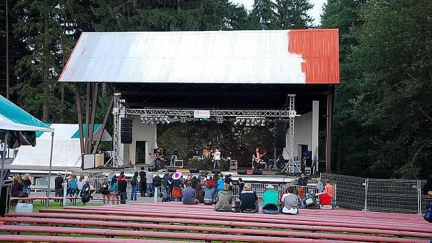 Pouze hrstka lidí si našla v sobotu 25. září cestu na premiérovou hudební přehlídku Skalkyfest 2010.