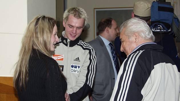 Jan Mazoch s přítelkyní Barborou Ježkovou, dědečkem Jiřím Raškou (vpravo) a manažerem Janem Baierem (vzadu).