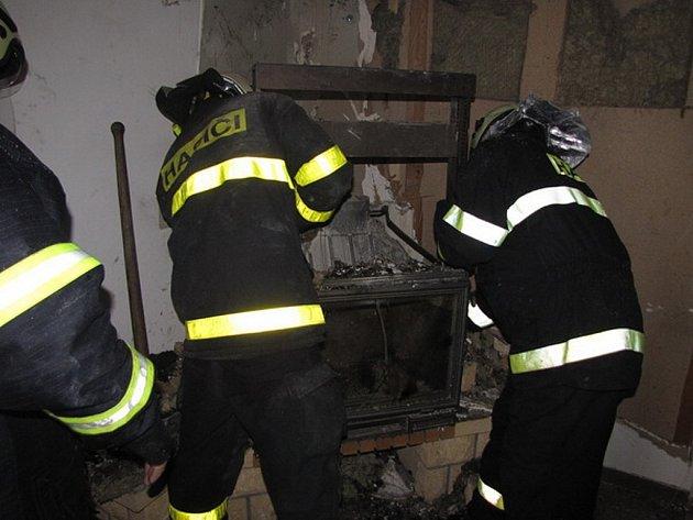 Pravděpodobně závada na krbových kamnech byla příčinou požáru rodinného domu v Hostašovicích. Díky včasnému zásahu hasičů se však podařilo minimalizovat škodu a ochránit rodinný dům.