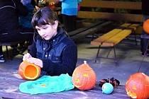 I letos si děti i dospělí ve Slatině užili hodně radosti při vyřezávání dýní.
