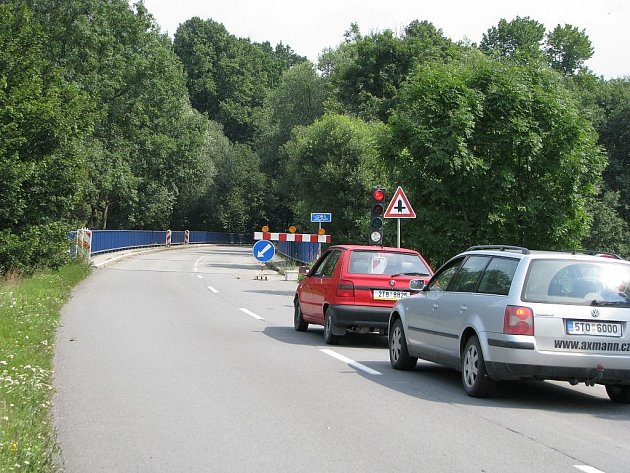 Most přes řeku Odru v těchto dnech pořádně komplikuje dopravu mezi Suchdolem nad Odrou a Kunínem.