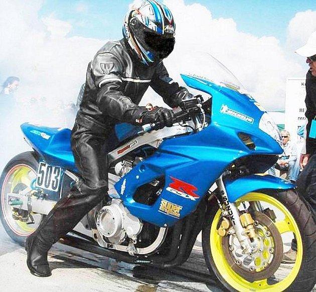 Půlmilionovou škodu způsobil neznámý pachatel majiteli motocyklu Suzuki. Ta byla odcizena v noci na pátek 17. července v Kopřivnici společně s vozidlem Škoda 1203.