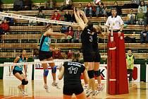Devatenáctiletá blokařka SK UP Olomouc Iva Nachmilnerová (č. 3) začínala s volejbalem v Novém Jičíně.