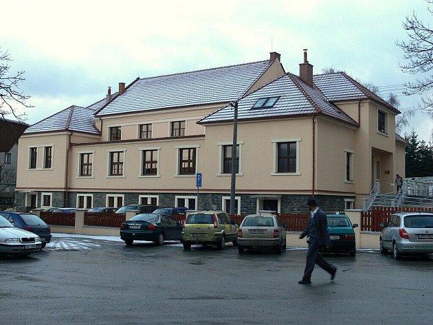 Bývalá spálovská sokolovna se díky nákladné rekonstrukci proměnila v moderní multifunkční kulturní dům.