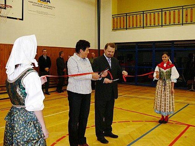 Rekonstruovanou budovu Základní školy v Bernarticích nad Odrou si v pátek 30. října přišly se zájmem prohlédnout desítky lidí.
