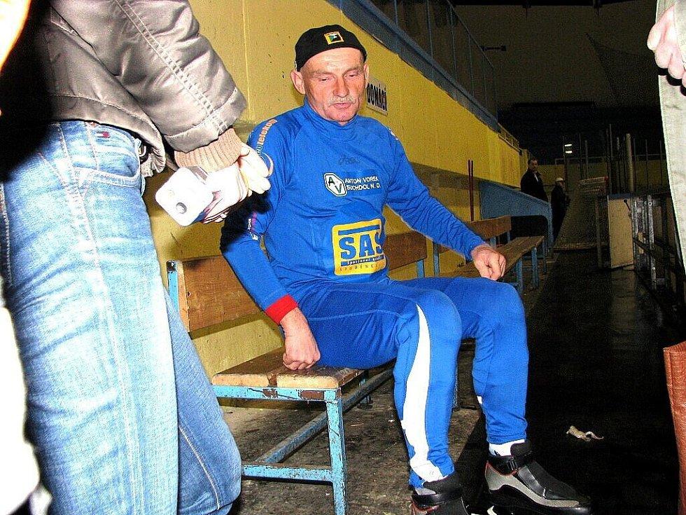O překonání vlastního rekordu ve dvanáctihodinovce na bruslích se pokoušel v pondělí od šesté hodiny ranní ve Studénce traťový dělník Karel Liogocki ze Suchdolu nad Odrou. Stávající rekord má hodnotu téměř 239 kilometrů.