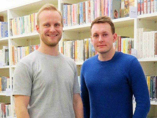 Zakladatelé spolku Filip Surák (vlevo) a Tomáš Melecký si vytvořili zázemí v bílovecké městské knihovně.