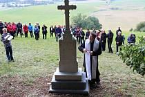 Nový pandemický kříž se tyčí nad Odrami. Říjen 2020.