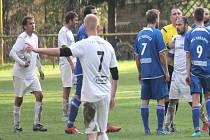Petřvaldští fotbalisté (v bílém) přidali v Bohuslavicích druhou výhru v řadě.
