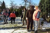 Již dvaadvacet let vyráží v masopustním období průvod v Heřmanicích u Oder. Kolem tří desítek masek v čele s medvědem procházelo obcí i letos.