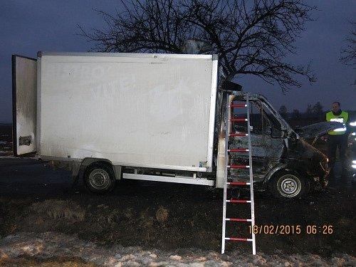 Tři jednotky hasičů zasahovaly ve středu ráno vSedlnici upožáru kabiny menšího nákladního automobilu Mercedes Sprinter se skříňovou nástavbou, který přepravoval pekařské výrobky.
