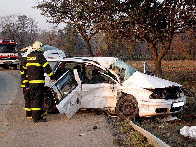 Vážná dopravní nehoda se stala v sobotu 31. října na silnic I/57 mezi Fulnekem a obcí Vrchy. Škoda Octavia se tam srazila s kamionem.