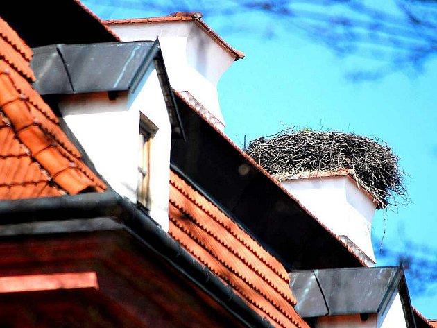 Jeden z pěti komínů na kunínském zámku již po jedenácté za sebou zdobí čapí hnízdo. Sezona tak může začít.