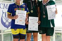 Kategorii mladších žaček ovládla členka Laguny Patricie Chalupová (uprostřed) a bronz pak brala Lucie Gašperiková (vpravo).