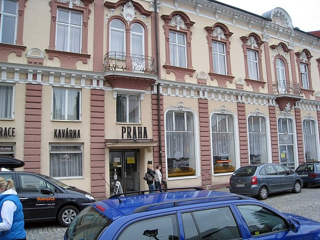 Hotel Praha byl kdysi kulturním centrem Nového Jičína. Jeho sláva je ale dnes již více než zašlá a objekt zatím marně čeká na návrat na výsluní.