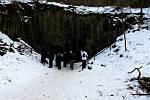 Ledová krása uvnitř Petrovy skály u Spálova lákaly o víkendu k výletu stovky lidí.