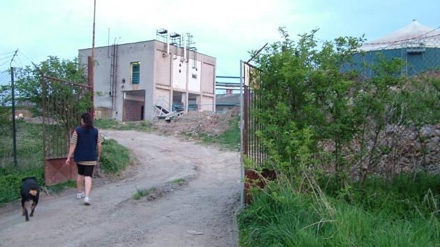 Bioplynová stanice, která svým smradem zamořuje Velké Albrechtice má sice na vratech ceduli Zákaz vstupu, ale dá se do ní vstoupit.