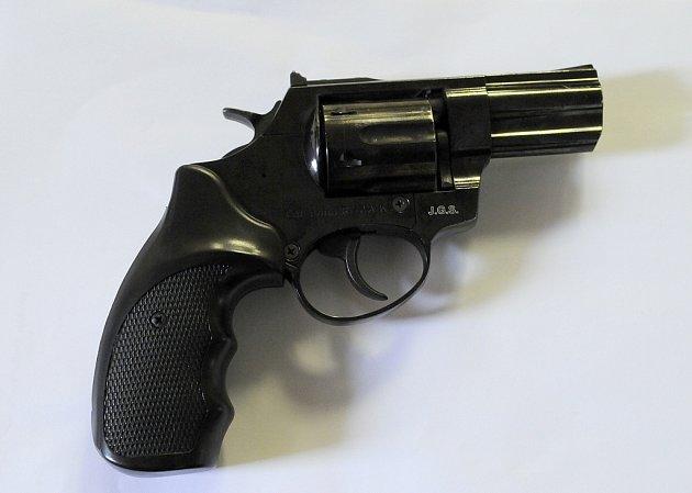 S touto zbraní pachatel přepadával ženy a menší prodejny.