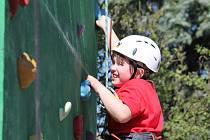 Novou, osm metrů vysokou, lezeckou stěnu otevřeli v sobotu 28. dubna při oslavě svých pátých narozenin lichnovští Tojstoráci na víceúčelovém hřišti jednoty Orla v Lichnově.