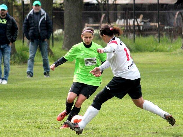 Fotbalistky Veřovic zažívají parádní jaro a navíc se mohou spolehnout na výtečnou formu střelkyně Mališové (v zeleném), jež vede střeleckou tabulku soutěže s 31 góly.