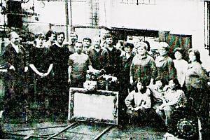 Převodovka s číslem 100 000 byla smontována ve čtvrtek 19. října 1989. Na snímku jsou zachyceni pracovníci provozu převodů i s jubilejní převodovkou.