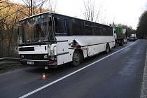 Hydraulická noha udělala do autobusu velkou díru.