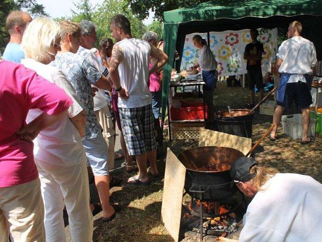 Guláše různých chutí a vůní provoněly v sobotu 25. července autokemp ve Frenštátě pod Radhoštěm. Konala se tam totiž tradiční a oblíbená soutěž o nejlepší kotlíkový guláš.