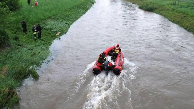 Sedm jednotek hasičů bylo v sobotu odpoledne povoláno k pátrání po pohřešované osobě v řece Lubina.