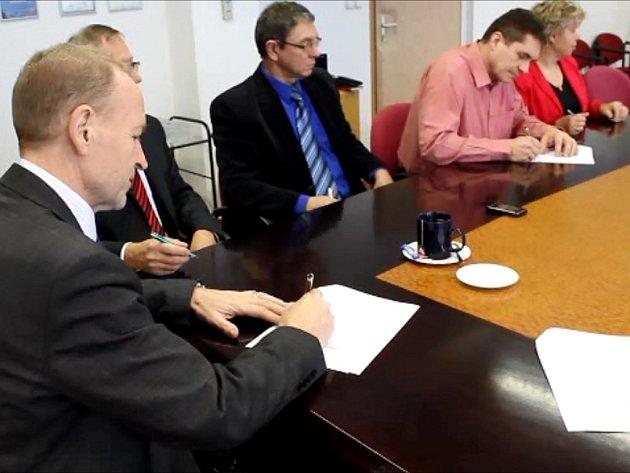 Povolební krize v Kopřivnici už zřejmě skončila. Dohodu v pátek podepsali zástupci ODS, KDU-ČSL, SNK, NEZ, seskupení Piráti a Změna pro Kopřivnici a seskupení PRO Sport a Zdraví.