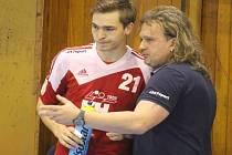 Kouč kopřivnických házenkářů Ivo Vávra právě udílí pokyny Patriku Fulnekovi.