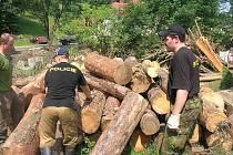 Na dvě desítky příslušníků Policie ČR pomáhají v oblastech, postižených povodní. Obyvatelům nabízejí především pomoc s odklízením naplavenin a poškozeného majetku.