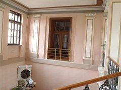 Radnice po rekonstrukci. Opravy zahrnovaly úpravu venkovní fasády, výměnu oken ve vestibulu budovy i částečnou vnitřní výmalbu.
