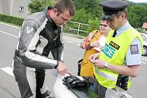 Na motorkáře se zaměřili v neděli policejní hlídky na Novojičínsku. Nakonec muselo pokutu zaplatit šest motocyklistů. Ten, kterého zastivala hlídka v Bordovicích, zaplatil za příliš rychlou jízdu dva a půl tisíce korun.