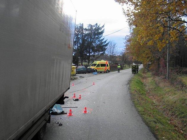 Nehoda, která se stala 2. listopadu na silnici  mezi Příborem a Závišicemi. Z dosud nezjištěných příčin přejel řidič fiatu do protisměru, kde se střetl s projíždějícím nákladním vozidlem Iveco, následky byly tragické.