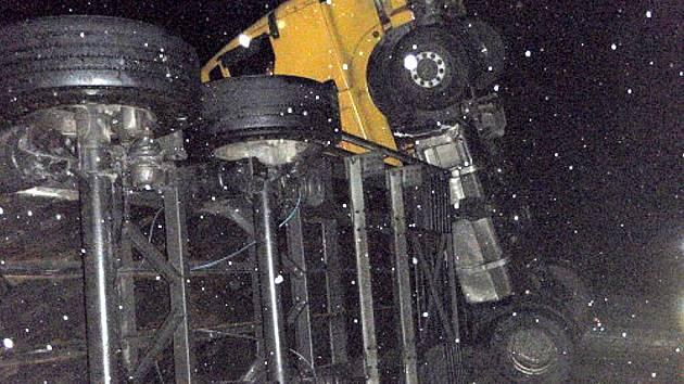 Tři jednotky hasičů zasahovaly v noci na úterý 17. ledna  až do úterního rána u dopravní nehody na silnici mezi Hukvaldy a Příborem-Hájovem. Silnici zde zatarasil český tahač s návěsem, vezoucí automobilové disky.