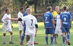 Fotbalisté Petřvaldu na Moravě (v bílém) ztrácejí pět kol před koncem na vedoucí Vřesinu deset bodů.