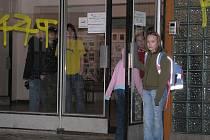 Vstup do školy někde hlídá bzučák, jinde třeba samotní žáci.