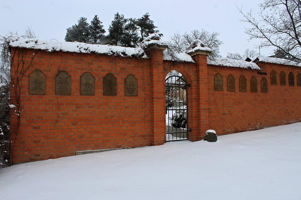Cihlová zeď v parku Moravských bratří, Suchdole nad Odrou je možno si sáhnout na historii i zajít do pěkné přírody.