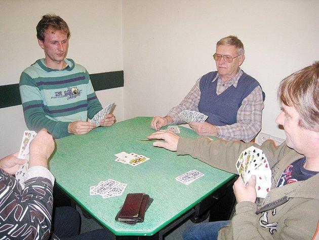 V restauraci U bříz v Bernarticích nad Odrou se každoročně v povánočním období setkávají vyznavači karetní hry taroky na Vánočním tarokovém turnaji. Stejně tomu bylo i letos, kdy proběhl již sedmý ročník turnaje.