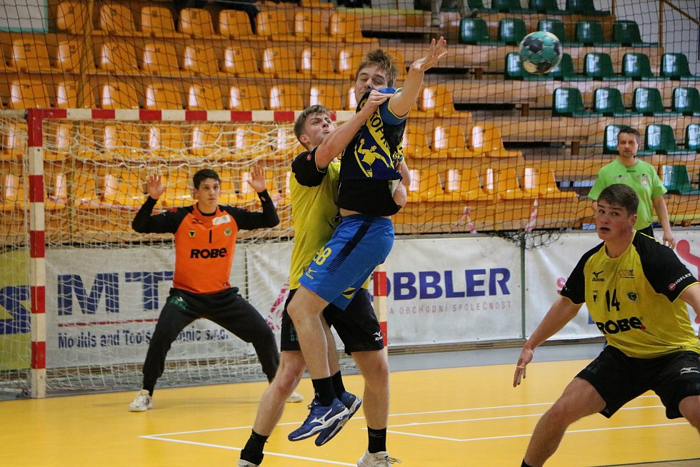 Extraligová házenkáři Zubří (ve žlutém) v prvním duelu o 5. místo doma porazili Kopřivnici 31:26. Foto: pro Deník/Ondřej Grůza