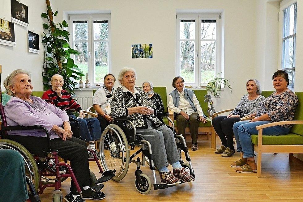 Bílovečtí senioři nafotili kalendář, který pokřtily vedoucí Domova seniorů v Bílovci Vlasta Szotkowská a starostka Bílovce Renata Mikolašová.