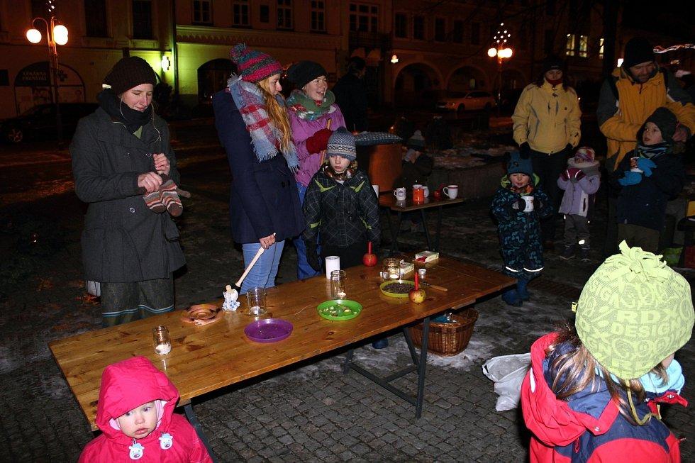 Adventní spirálu vytvořilo ve čtvrtek na náměstí ve Fenštátě pod Radhoštěm členové Dětského klubu na trojanovské pasece.