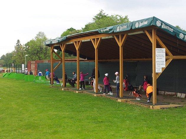 Mladí golfisté na tréninku v areálu v Bludovicích.