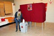 V Sedlnicích měla okolo šesté hodiny večer odvoleno zhruba čtvrtina voličů.