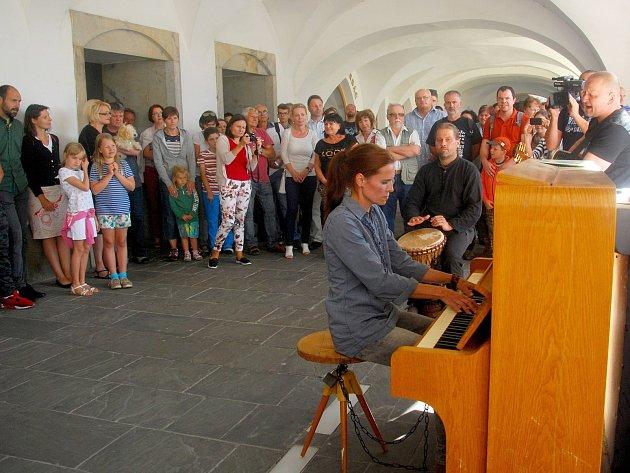 Ve středu 26. července odpoledne si desítky lidí na Masarykově náměstí v Novém Jičíně nenechaly ujít první veřejné hraní na piano.