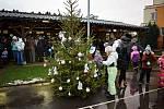 Na tradičním adventím setkání ve Slatině v druhou prosincovou sobotu si místní děti samy nazdobily stromeček.
