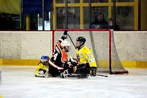 Na zimním stadionu ve Studénce hrávali také domácí sledge hokejisté (ve žlutém). Nyní je kvůli pandemii covidu a vlásdním opatřením na zimním stadionu pusto a prázdno. Foto: archiv Deníku