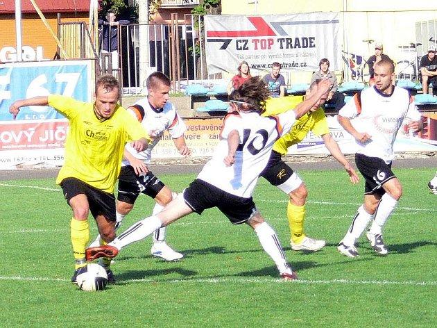 Fotbalisté Nového Jičína (bílé dresy) dokázali ve 4. kole divize E po zásluze porazit doma favorizovanou petrovickou Lokomotivu 1:0.