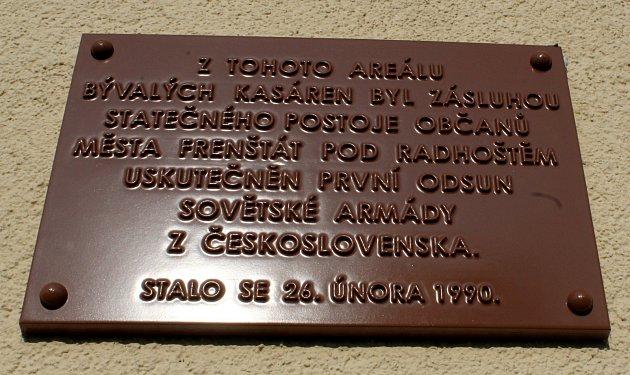 Odsun sovětských vojsk připomíná pamětní deska.